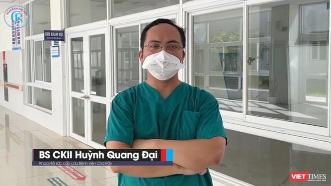 """BS Huỳnh Quang Đại bất ngờ nghe tin cha già đột ngột bị nhồi máu cơ tim nhưng đang kẹt giữa """"tâm dịch"""", anh không thể về (Ảnh: Hòa Bình chụp màn hình video)"""