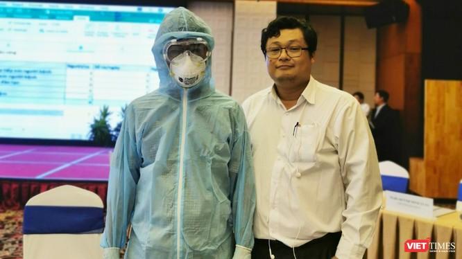 BS.TS Huỳnh Minh Tuấn (bên phải) hướng dẫn nhân viên y tế mặc các loại phương tiện phòng hộ cá nhân (Ảnh: TB)