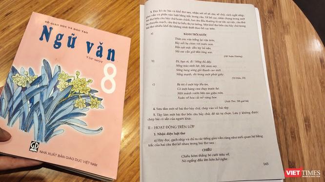 """Sách giáo khoa ngữ văn 8 tập 1 (NXB Giáo dục) đã """"sửa"""" tên tác giả bài thơ Đoàn Văn Cừ thành Anh Thơ (Ảnh: Hòa Bình)"""