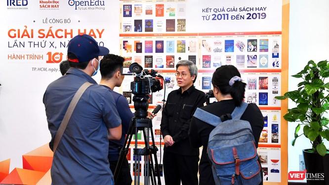 Nhà hoạt động giáo dục Giản Tư Trung trả lời báo chí (Ảnh: HB)