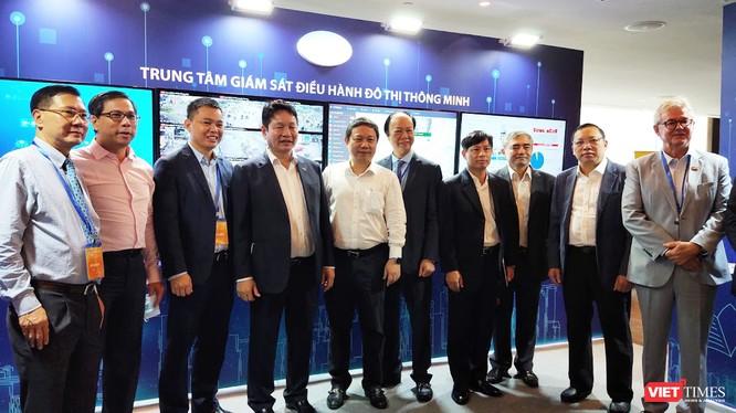 Ông Nguyễn Minh Hồng - Chủ tịch Hội Truyền thông số Việt Nam và các lãnh đạo tham quan Trung tâm Điều hành giám sát đô thị thông minh (Ảnh: Hòa Bình)