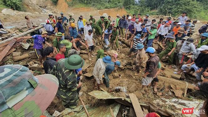 Cứu hộ cứu nạn ở Trà Leng (Ảnh: An Bằng)