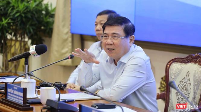 Chủ tịch UBND Nguyễn Thành Phong chỉ đạo cuộc họp báo chiều 3/11 (Ảnh: TTBC)