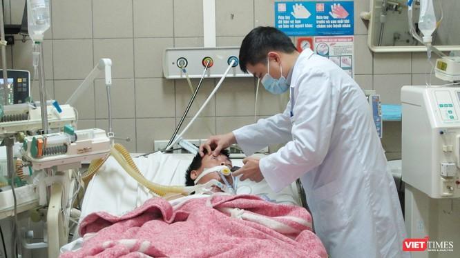Cấp cứu bệnh nhân ngộ độc (Ảnh: Trung tâm Chống độc BV Bạch Mai)