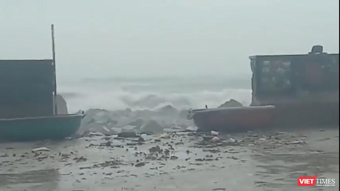 Bão số 13 hoành hành dữ dội tại đảo Lý Sơn (Ảnh cắt từ video clip)