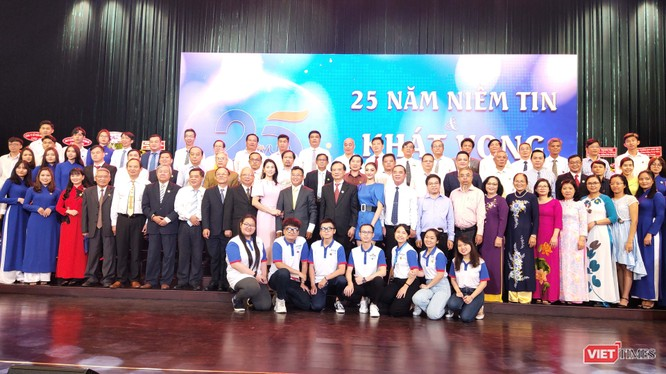 Thầy trò Đại học Hùng Vương trong lễ khai giảng và kỷ niệm 25 năm thành lập trường (Ảnh: Hoà Bình)