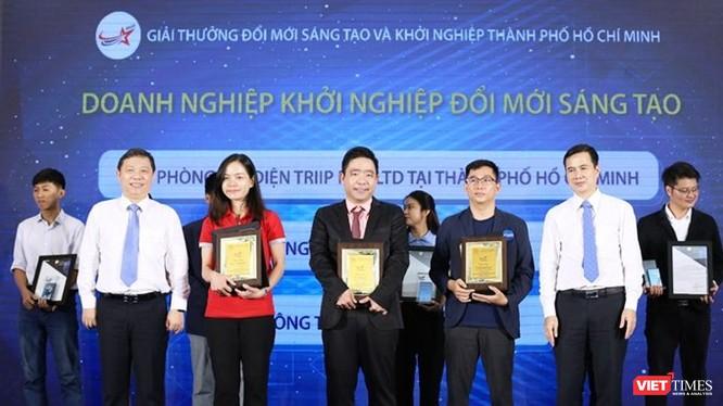 Trao thưởng cho các doanh nghiệp khởi nghiệp và đổi mới sáng tạo (Ảnh: SKHCN)
