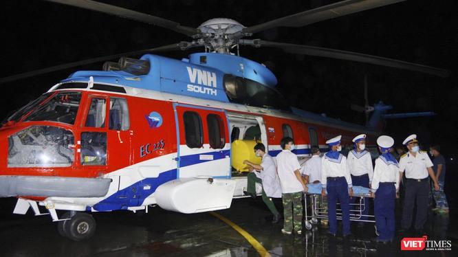 Chuyển bệnh nhân từ Đảo Trường Sa vào đất liền bằng trực thăng (Ảnh: BV 175)