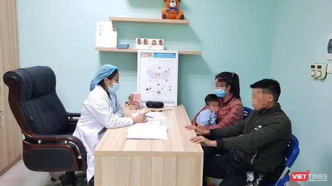 Bác sĩ Lại Thu Hà tư vấn cho gia đình bệnh nhi nghe kém (Ảnh: BVCC)