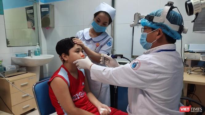 BS tại BV Nhi Đồng 1 giúp bé trai 13 tuổi thoát u xơ vòm mũi họng khiến chảy máu không ngừng và có nguy cơ dẫn tới nhiều bệnh nguy hiểm (Ảnh: BVCC)