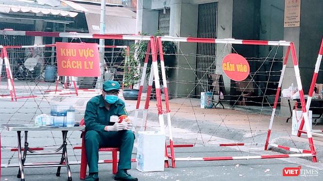 Khu Chung cư Sư Vạn Hạnh, nơi BN1451 cư trú tại Lầu 4 đã bị phong toả để kiểm soát dịch bệnh. Nhưng BN1451 đã di chuyển rất nhiều nơi khác nữa trong thành phố (Ảnh: Hoà Bình)