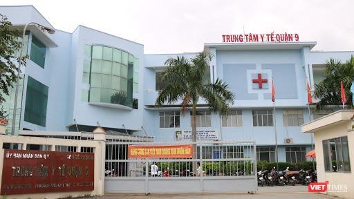 Lực lượng chức năng đã đưa nam thanh niên nhập cảnh trái phép vào cách ly tại Trung tâm y tế quận 9 (Ảnh: SYT)