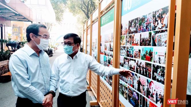 Bí thư thành uỷ TP.HCM Nguyễn Văn Nên và ông Lê Hoàng - Phó Chủ tịch Hội Xuất bản Việt Nam trên Đường sách TP.HCM sáng 15/1/2021 (Ảnh: Hoà Bình)