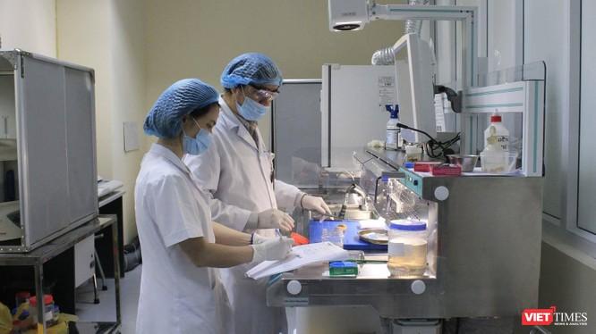 Các bác sĩ trong phòng xét nghiệm SARS-CoV-2 (Ảnh: BVE)