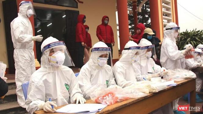 Trực chiến xuyên đêm để đảm bảo công tác xét nghiệm được nhanh nhất ở tâm dịch Chí Linh, Hải Dương (Ảnh: BYT)