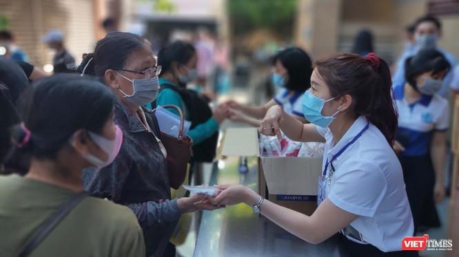 Hướng dẫn người dân khai báo y tế và sát khuẩn, sàng lọc COVID-19 ngay tại khu vực đón tiếp của BV Đại học Y Dược TP.HCM (Ảnh: Hoà Bình)