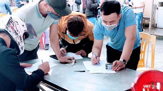 Khai báo y tế tại chốt kiểm dịch Hải Phòng (Ảnh: Hoà Bình)