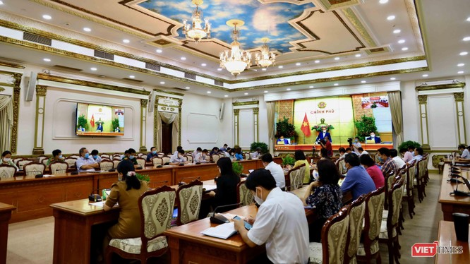 Thủ tướng Nguyễn Xuân Phúc điều hành phiên họp Chính phủ về phòng, chống COVID-19 sáng 24/2 (Ảnh: Huyền Mai)