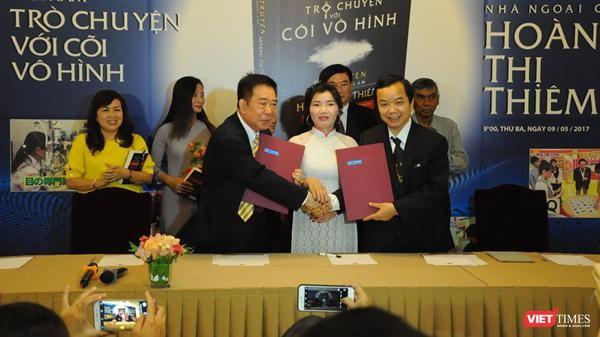 Bà Hoàng Thị Thiêm (áo trắng, ở giữa) tại buổi ra mắt cuốn tự truyện hồi năm 2017. Bên phải là ông Nguyễn Văn Phước - Giám đốc First News (Ảnh: Hoà Bình)