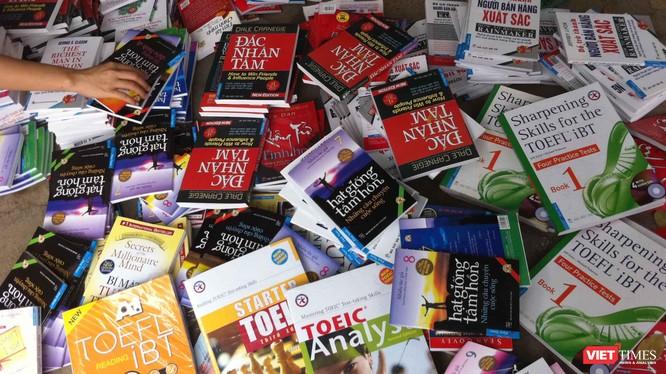 Số lượng lớn sách giả, sách lậu tàng trữ, tiêu thụ tại Hà Nội (Ảnh: FNS)