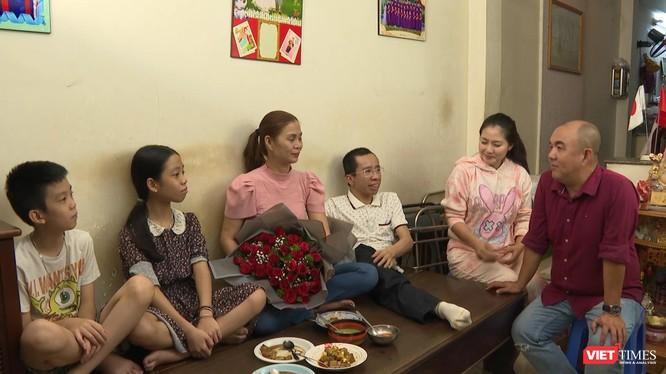 Anh Nguyễn Đức bên cạnh vợ và hai con (Ảnh: MCV)