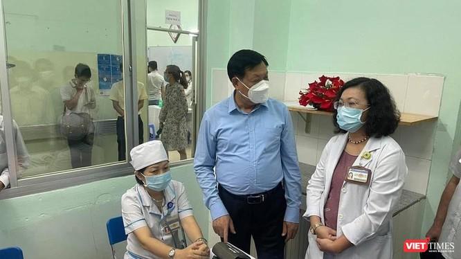 Thứ trưởng Bộ Y tế Đỗ Xuân Tuyên, Phó Trưởng BCĐ quốc gia phòng, chống COVID-19 kiểm tra công tác tiêm chủng vaccine tại TP.HCM (Ảnh: DT)