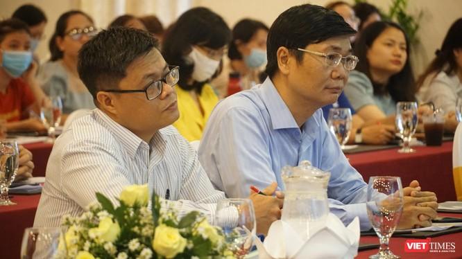 Ông Trần Ngọc Thương - Phó phòng Quản lý thu và ông Nguyễn Quốc Thanh – Phó Giám đốc BHXH TP.HCM tại buổi đối thoại (Ảnh: Phi Phi)