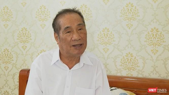Nhà giáo ưu tú Nguyễn Ngọc Ký ở tuổi trên bẩy mươi vẫn miệt mài viết văn hàng ngày (Ảnh: MCV)