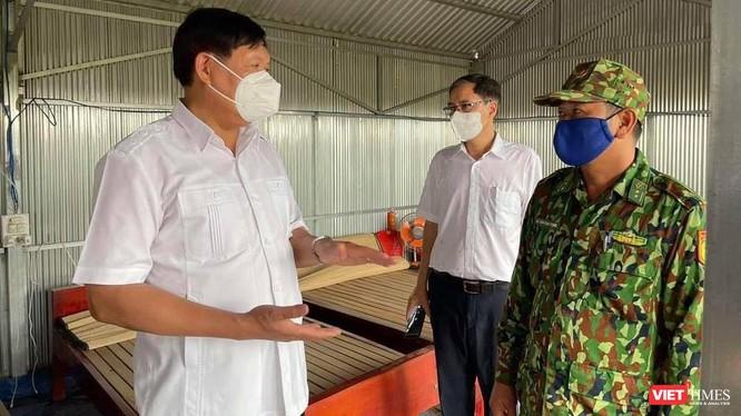 Kiểm tra điểm chốt kiểm soát ngăn chặn xuất, nhập cảnh trái phép và phòng, chống dịch COVID-19 tại khu vực sát biên giới ở huyện Hồng Ngự (Ảnh: Minh Thư)