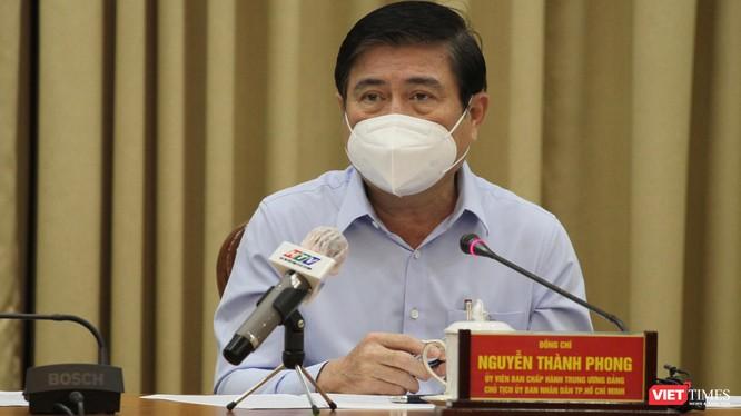 Chủ tịch UBND TP.HCM Nguyễn Thành Phong điều hành cuộc họp khẩn về phòng, chống dịch COVID-19 (Ảnh: TTBC)