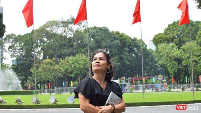Nhà văn Trầm Hương vừa ra mắt cuốn Đường 1C huyền thoại - Ảnh: Hoà Bình