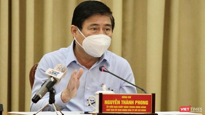Chủ tịch UBND TP.HCM nhấn mạnh không cho phép bằng lòng với kết quả kiểm tra âm tính sau 14 ngày cách ly mà phải tiếp tục theo dõi chặt chẽ - Ảnh: TTBC