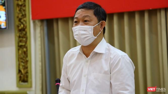Phó Chủ tịch UBND TP.HCM Dương Anh Đức dẫn đầu đoàn kiểm tra nhà hàng karaoke trá hình The King - Ảnh: TTBC