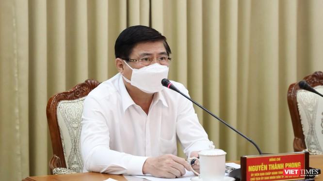 Chủ tịch UBND TP.HCM Nguyễn Thành Phong chỉ đạo kích hoạt hệ thống phòng dịch COVID-19 cao nhất - Ảnh: TTBC