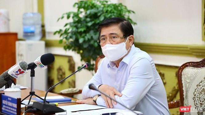 Chủ tịch UBND TP.HCM Nguyễn Thành Phong báo cáo Thủ tướng Chính phủ về những nhiệm vụ trọng tâm thời gian tới và khó khăn vướng mắc phải đối mặt - Ảnh: Huyền Mai