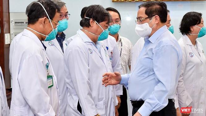 Thủ tướng đến thăm, động viên đội ngũ thầy thuốc của BV Chợ Rẫy - Ảnh: BVCR