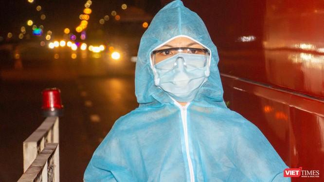 Nhân viên y tế tại chốt kiểm dịch cửa ngõ phía đông TP.HCM cầu Đồng Nai lúc 0 giờ ngày 15/5 (Ảnh: Trần Linh)