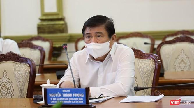 Ông Nguyễn Thành Phong trong cuộc họp sáng 24-5. Ảnh Huyền Mai