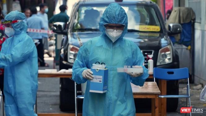 Xét nghiệm khẩn cấp trong khu phong toả - Ảnh: CDC TP.HCM