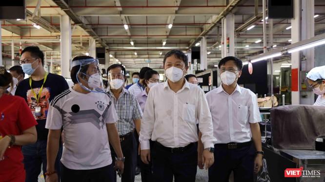 Phó chủ tịch UBND TP.HCM Dương Anh Đức kiểm tra phân xưởng sản xuất bên trong công ty PouYuen. Ảnh-Huyền Mai