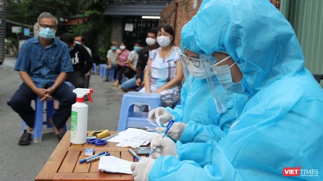 Điều tra dịch tễ và lấy mẫu xét nghiệm cư dân trong vùng phát hiện bệnh nhân - Ảnh: HCDC