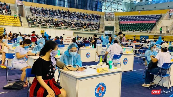 Địa điểm tiêm chủng COVID-19 tại Nhà thi đấu Phú Thọ đã được giãn cách hợp lý trong những ngày cuối chiến dịch (Ảnh: CTV)