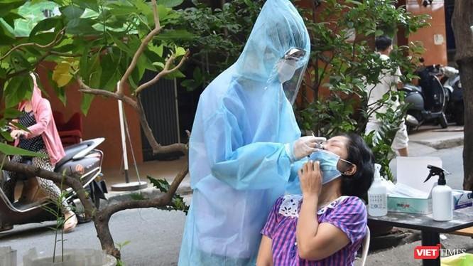 Sinh viên Đại học Kỹ thuật Y tế Hải Dương đang lấy mẫu test nhanh COVID - 19 tại chung cư Phạm Viết Chánh, phường 19, quận Bình Thạnh ngày 11/7