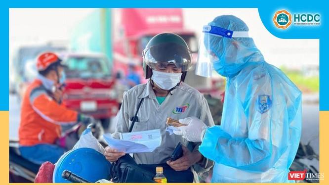 TP.HCM không kiểm tra giấy xét nghiệm âm tính với SARS-CoV-2 với người ra đường trong trường hợp thật sự cần thiết - Ảnh: HCDC
