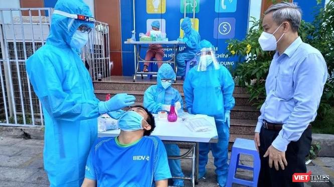 TS Nguyễn Hùng Long (phải) - Phó Cục trưởng Cục An toàn thực phẩm (Bộ Y tế) giám sát các sinh viên ĐH Y Dược Thái Bình lấy mẫu xét nghiệm (Ảnh: BYT)