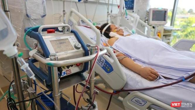 Điều trị bệnh nhân nặng tại Bệnh viện Hồi sức COVID-19. Ảnh: Hải An