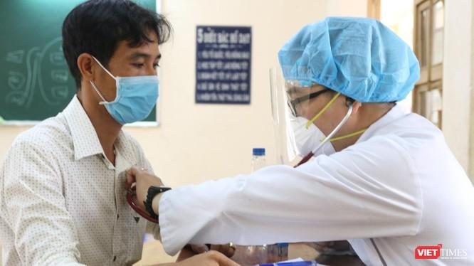 Khám sàng lọc trước khi tiêm chủng COVID-19 cho người dân TP.HCM (Ảnh: TTYT TP Thủ Đức)