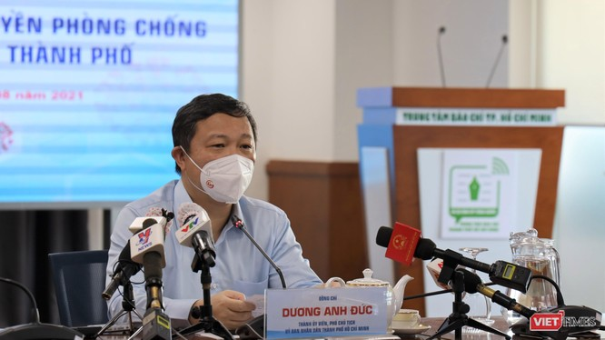 Phó Chủ tịch UBND TP.HCM Dương Anh Đức trao đổi tại buổi họp báo