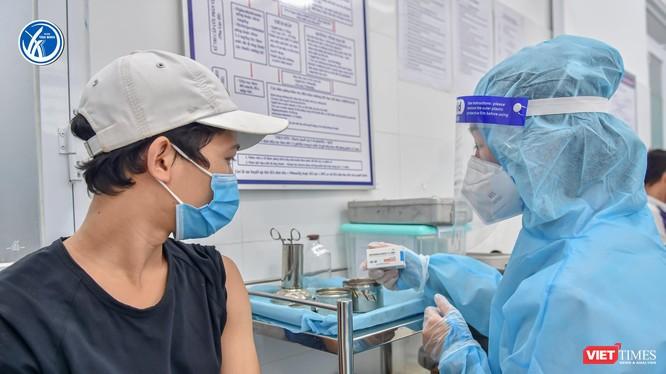 Tiêm vaccine COVID-19 cho người dân quận Tân Bình. Ảnh: HCDC