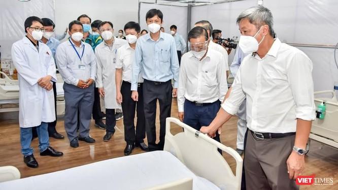 Thứ trưởng Nguyễn Trường Sơn cùng các đại biểu thăm quan phòng chuẩn bị bị đón bệnh nhân